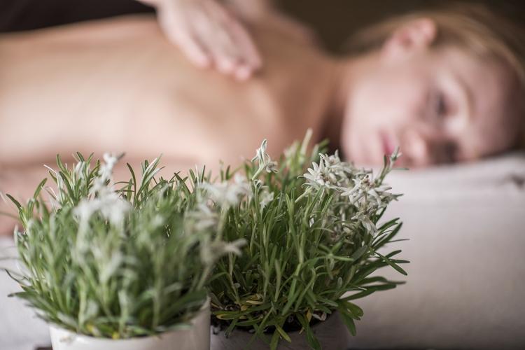 massaggio-rilassante-con-olio-di-stella-alpina-altoatesina-b-by-luca-meneghel